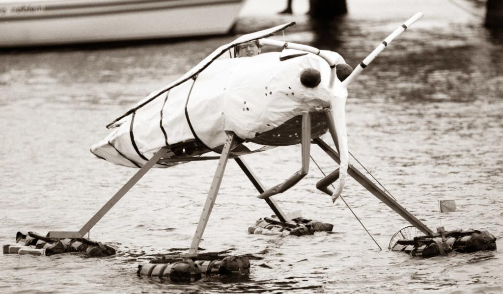"""Kieler Wocher Juni 1992: schwimmendes Rieseninsekt während der """"Regatta kurioser Wasserfahrzeuge"""" im Hafen von Kiel."""