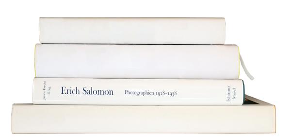 Das Foto zeigt einen Stapel Bücher ohne Autoren- und Titelangaben