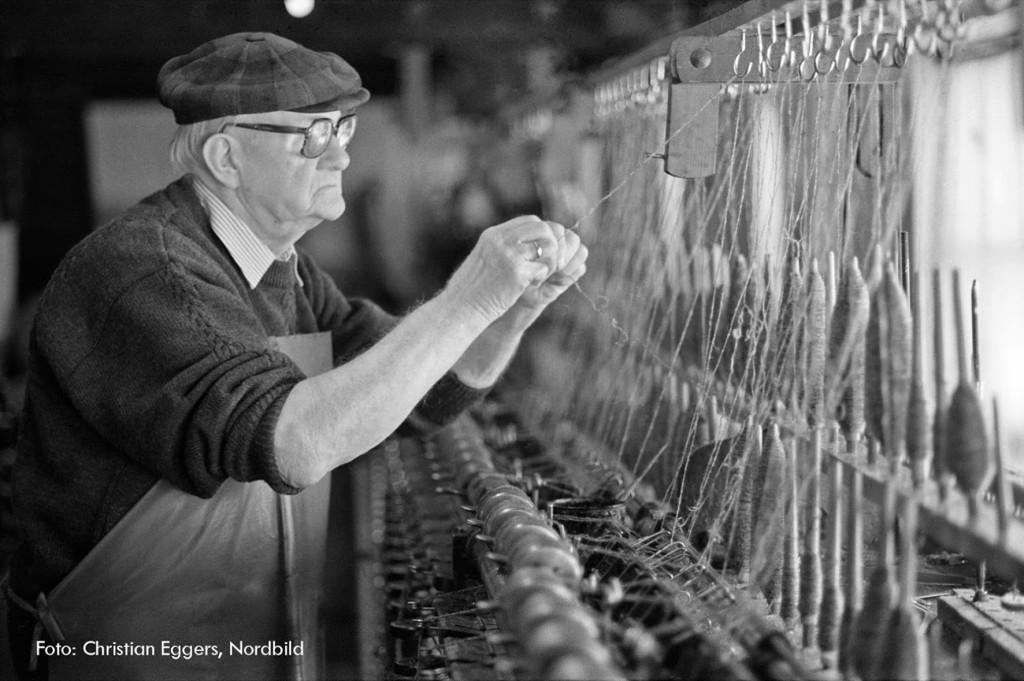 Mit der Technik des vergangenen Jahrtausends und über 70jaehriger Berufserfahrung spinnt Alfred Blunck (86) in seiner Manufaktur in Bad Segeberg am 10.4.97 Wolle zu modischen Strickgarnen. In der Hauptschurzeit im Frühjahr arbeitete der Textilingenieur fast rund um die Uhr die Wolle nordfrisischer Schafe. (Christian Eggers / Nordbild))